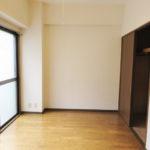 6帖洋室には大型の収納完備(居間)
