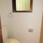 窓付きの明るいトイレ