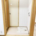 脱衣所兼洗濯機置場にはカーテンレールが付いてます(風呂)