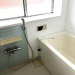 バスルームには窓があり明るく開放感があります(風呂)