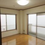 6帖洋室 2面採光で明るい室内です(居間)